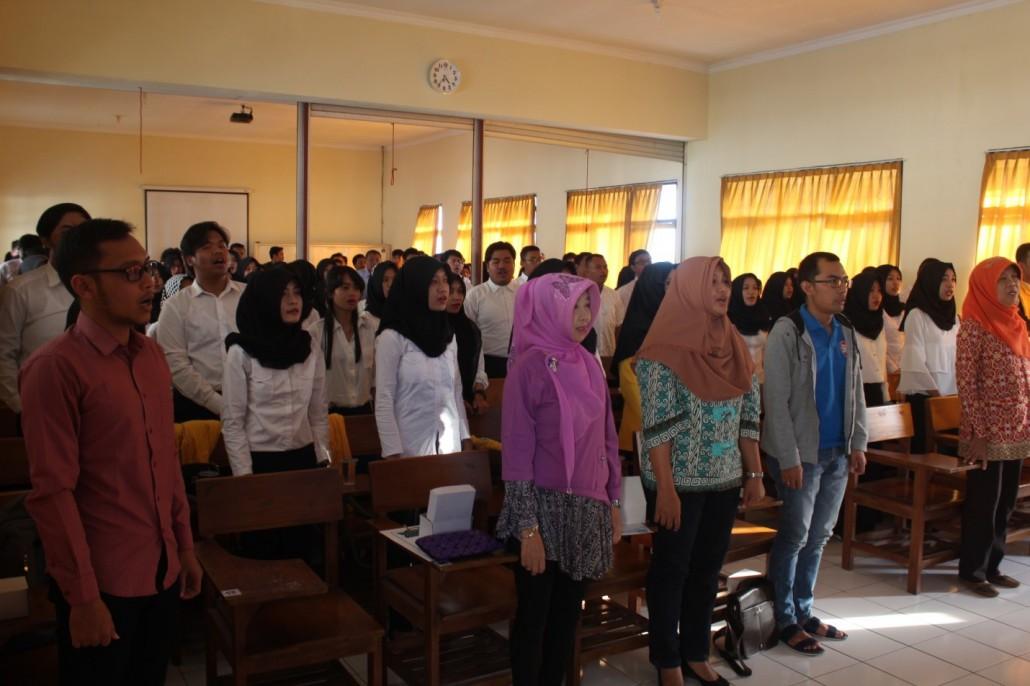 Prosesi menyanyikan lagu kebangsaan Indonesia raya dalam acara Pembekalan dan pelapasan peserta prektik administarsi negara(PAN) , Fakultas Ilmu Sosial dan Ilmu Politik Universitas Tidar pada 15 Juli 2017 di gedung perkuliahan FISIP lantai 2