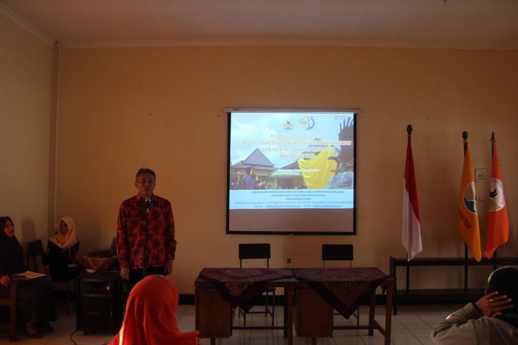 Dr. Samodra Wibawa, M.Sc Dekan Fakultas Ilmu Sosial dan Ilmu Politik sedang memberi sambutan dalam acara Pembekalan dan Pelepasan Peserta Praktik Administrasi Negara